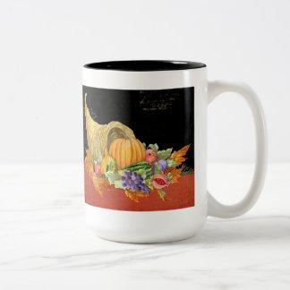 コルヌコピアの秋の収穫はザクロのブドウを去ります ツートーンマグカップ