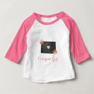 コロラド州のシックな州及び移動可能なハートの女の子 ベビーTシャツ