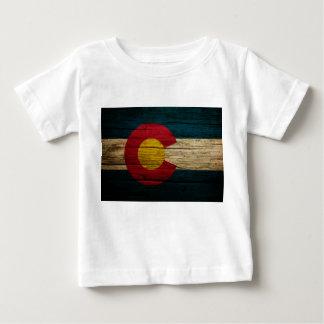 コロラド州の旗の素朴で古い木 ベビーTシャツ
