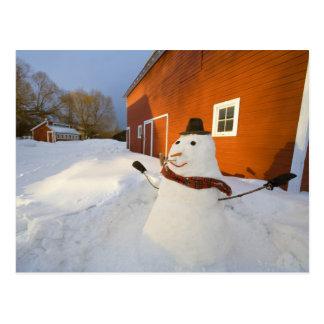 コロンビアの滝の赤い納屋の前の雪だるま ポストカード