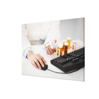 コンピュータの薬瓶を持つ薬剤師 キャンバスプリント