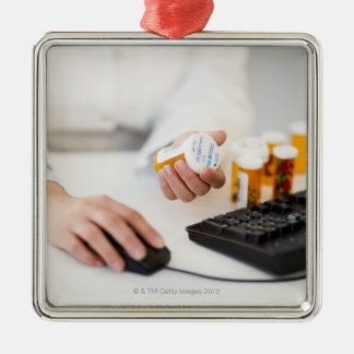 コンピュータの薬瓶を持つ薬剤師 メタルオーナメント