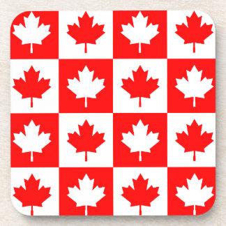 コースターは逆赤く白いカナダのカエデの葉を点検します コースター