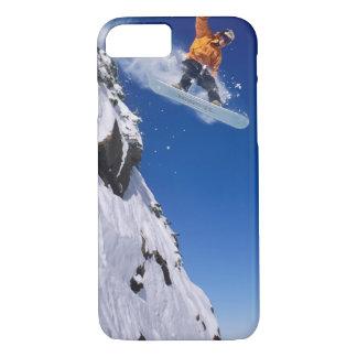 コーニスを離れて跳ぶスノーボードの人 iPhone 8/7ケース