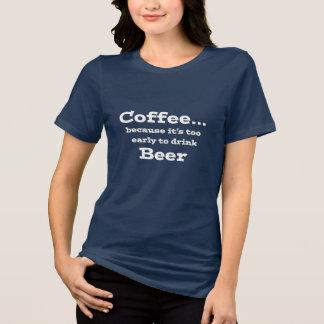 コーヒーので余りに早くビールおもしろいなワイシャツを飲むため Tシャツ