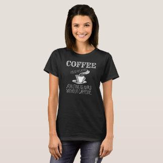 コーヒーは大人私を救済します。 Adultingはcoなしで堅いです Tシャツ