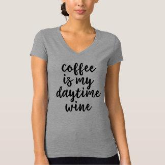 コーヒーは私の昼間のワインのワイシャツです Tシャツ