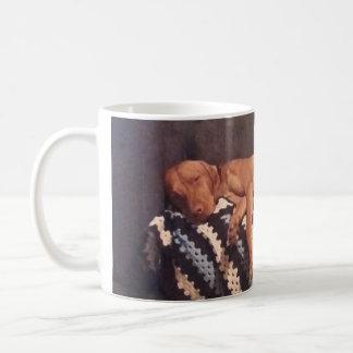 コーヒーを必要とする不精なVizsla コーヒーマグカップ