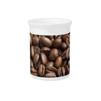 コーヒー恋人の豆のブラウンの背景 ピッチャー