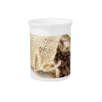 コーヒー豆が付いている少し袋用の布 ピッチャー