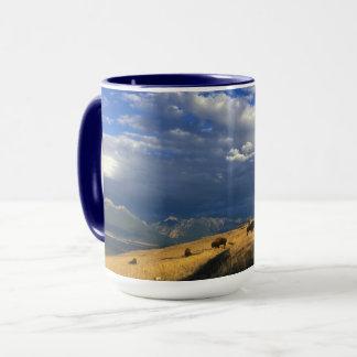 コーヒー・マグがバッファローによってが歩き回るところ マグカップ