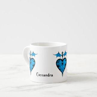 ゴシック様式ビクトリア時代の人は青の吸血鬼のハートを杭で囲いました エスプレッソカップ