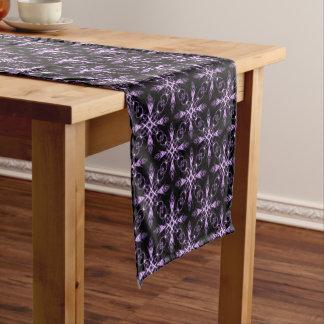 ゴシック様式花の黒いおよび紫色のフラクタルパターン ショートテーブルランナー