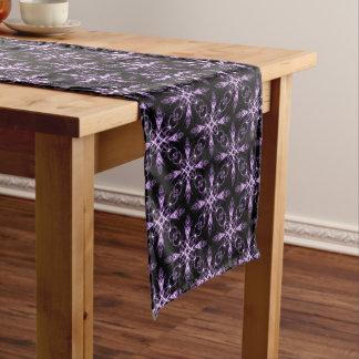 ゴシック様式花の黒いおよび紫色のフラクタルパターン ミディアムテーブルランナー