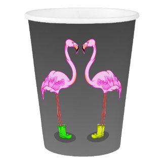 ゴム長を身に着けているおもしろいなピンクのフラミンゴ 紙コップ