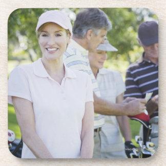 ゴルフを遊ぶことを準備するカップル コースター