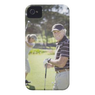 ゴルフを遊ぶ成長したカップル Case-Mate iPhone 4 ケース