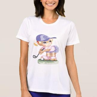 ゴルフを遊ぶ青い帽子を身に着けているかわいい小さな女の子 Tシャツ
