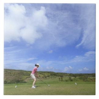 ゴルフを遊んでいる女性 タイル