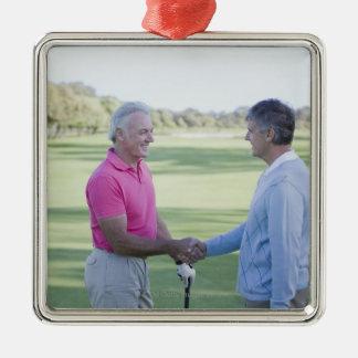 ゴルフコースの手を揺すっている人 メタルオーナメント