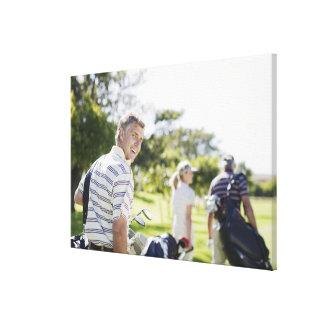 ゴルフバッグを運んでいる友人 キャンバスプリント