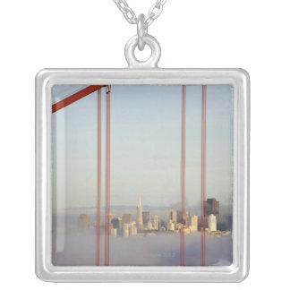 ゴールデンゲートブリッジを通した霧のサンフランシスコ シルバープレートネックレス
