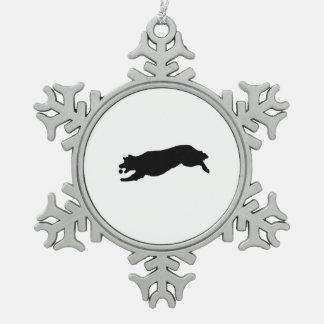 ゴールデン・リトリーバーのシルエット愛犬を取って来ること スノーフレークピューターオーナメント