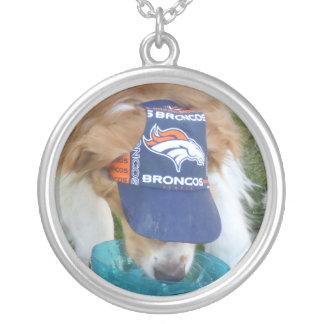 ゴールデン・リトリーバーのブロンコの帽子のネックレス シルバープレートネックレス