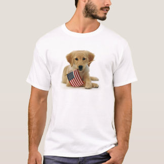 ゴールデン・リトリーバーの子犬および旗 Tシャツ