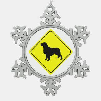 ゴールデン・リトリーバーの警告標識愛はシルエットの後をつけます スノーフレークピューターオーナメント