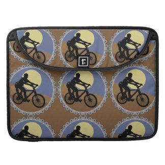 サイクリングのバイクもしくは自転車に乗る人 MacBook PROスリーブ