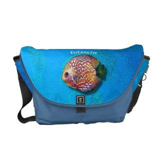 サイケデリックでカラフルでエキゾチックな円盤投げの魚のスケッチ メッセンジャーバッグ