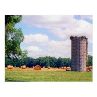 サイロの小麦畑の干し草ベール農場の景色の写真 ポストカード