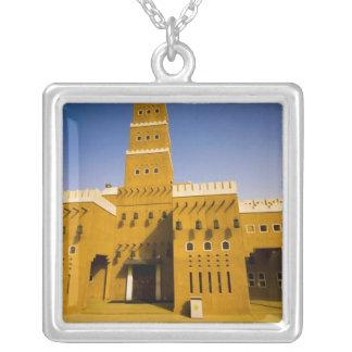 サウジアラビア、RiyadのAl Diriyaのモスク シルバープレートネックレス