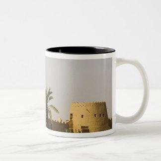 サウジアラビア、RiyadのAlDiriyaのSaudの古い町 ツートーンマグカップ