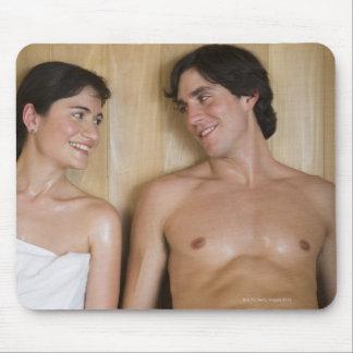 サウナに坐る若いカップルのクローズアップ マウスパッド