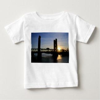 サクラメント古い橋 ベビーTシャツ