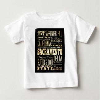サクラメント都市カリフォルニア州のタイポグラフィの芸術 ベビーTシャツ