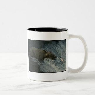 サケのための灰色グマの写真魚釣り ツートーンマグカップ
