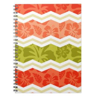 サケ、珊瑚、オレンジおよび緑の熱帯パターン ノートブック
