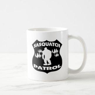 サスカッチのパトロールの森林バッジ コーヒーマグカップ