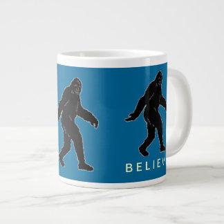 サスカッチはジャンボマグを信じます(青い) ジャンボコーヒーマグカップ