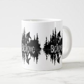 サスカッチ、大きいfoot湖の反射 ジャンボコーヒーマグカップ