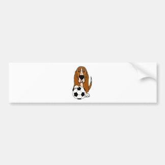 サッカーかフットボールを遊んでいるおもしろいなバセットハウンド バンパーステッカー