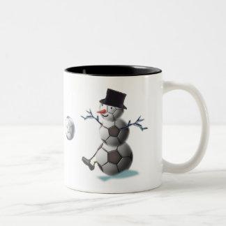 サッカーのクリスマスの雪だるま ツートーンマグカップ