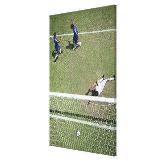 サッカーのゴールキーパーの行方不明のサッカーボール キャンバスプリント