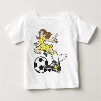 サッカーの女の子のブルネット ベビーTシャツ