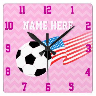 サッカーの時計: ラズベリーシェブロン スクエア壁時計