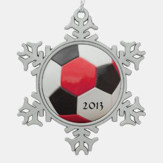 サッカーの赤い白くおよび黒い スノーフレークピューターオーナメント