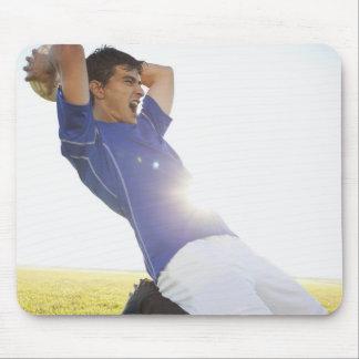 サッカーの選手の投げる球 マウスパッド